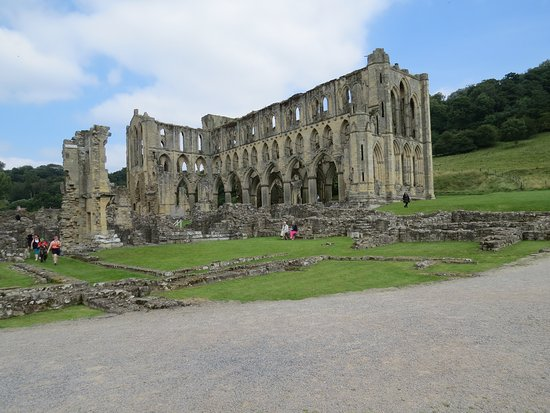 Helmsley, UK: View of the Abbey near the entrance