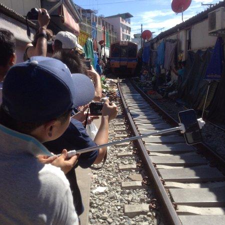 เมืองสมุทรสงคราม, ไทย: Train coming
