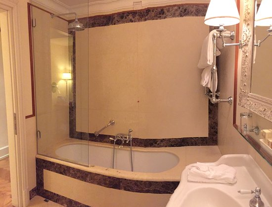 Hotel Executive Florence: bathroom on first floor of suite