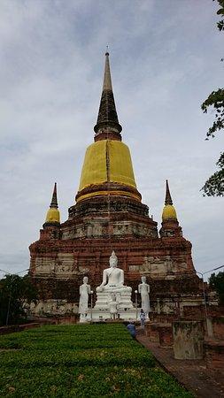 Wat Yai Chai Mang Khon: 仏塔の裏正面こちらにも大きな仏像が。