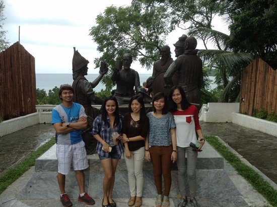 Blood Compact Monument: With friends