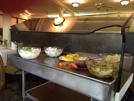 Port Dover, Kanada: The entire trolley of side dishes/salad to your table