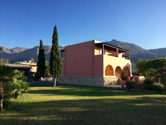 "Kallicrates Village: La nostra ""casetta"" vista dal giardino"