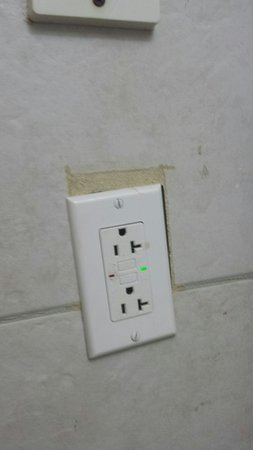 Accra Beach Hotel & Spa: Outlet in bathroom.