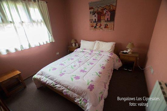 Bungalows Los Cipresales: Buena cama y cómoda la habitación