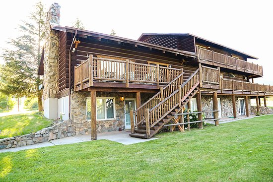 Trapper Peak Outfitters & Guest Lodge: Lodge Back