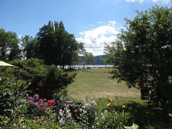 Hastings on Hudson, NY: It was nice to know that the park land outside has public access.