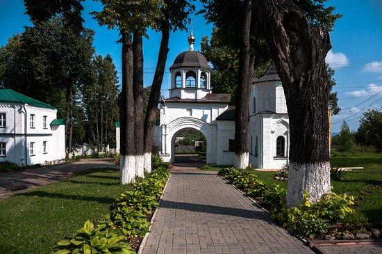 Pereslavl-Zalessky, روسيا: Липовая аллея, посажена для Николая первого, находится при входе в монастырь