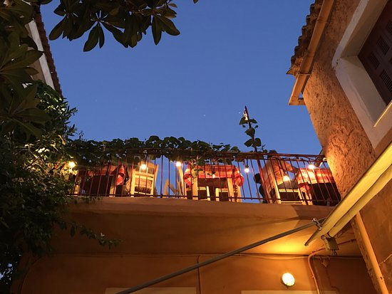Areopoli, اليونان: View of the terrace from the yard.