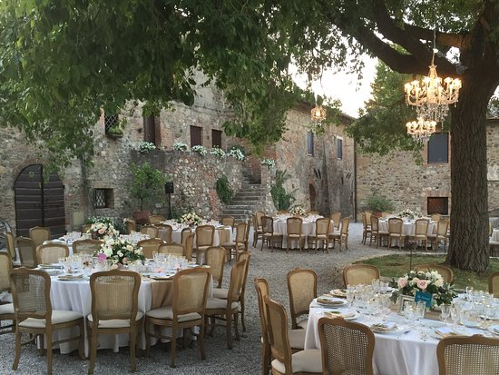 Contignano, Italië: Wedding breakfast in the courtyard