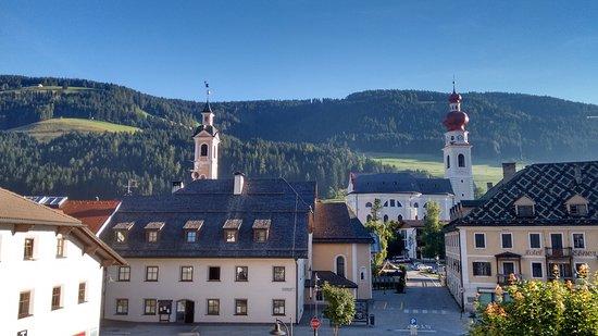 Vista della piazza di Villabassa dalla camera dell'hotel