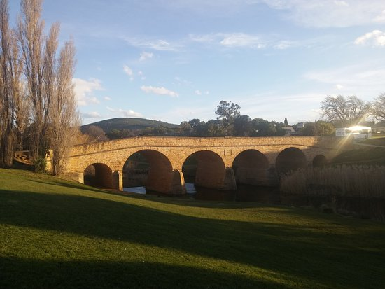 Richmond, Austrália: This was taken about 5 in the arvo. Nice park alongside. Saw plenty of people walking.