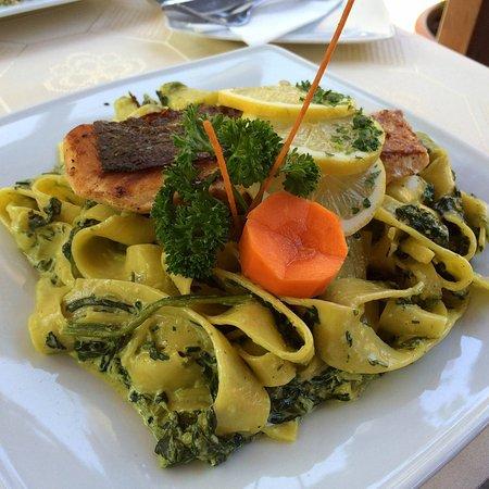 Pesaro Étterem: Lazacsteak fokhagymás parajos pappardellével