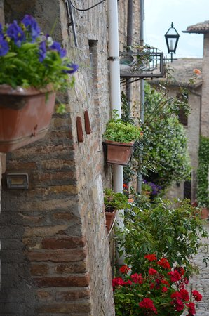 Montefalco, Italia: Mideaval stone houses with beautiful flowers