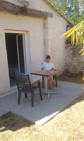 Les Leves-et-Thoumeyragues, Francia: PATIO, OUTSIDE OUR IMMACULATE & VERY COMFORTABLE ROOM