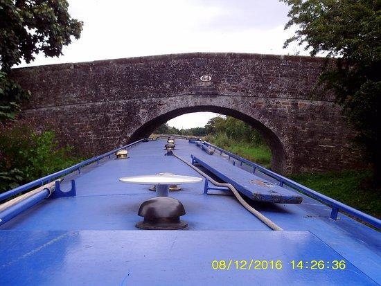 Ellesmere, UK: One of the many bridges you pass through toward Llangollen