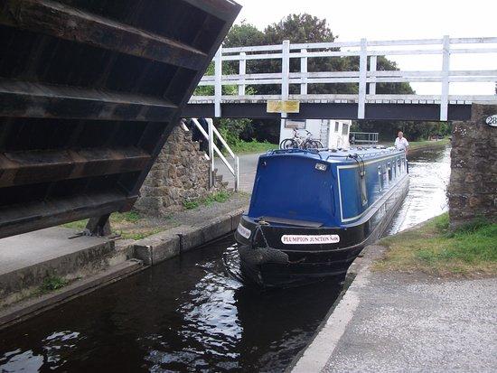Ellesmere, UK: Hand cranked road bridge over canal