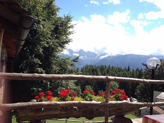 Ponte in Valtellina, Italien: Vista sulle Orobie scattata dai tavoli esterni del locale