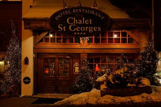 Chalet St Georges : entrée de l'hotel en hiver
