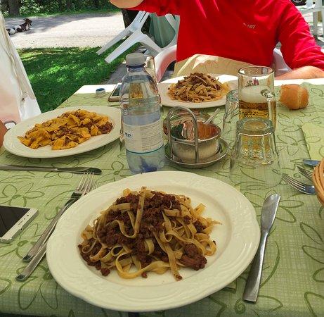 Giustino, Itália: tavola imbandita ...