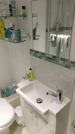 Colyton, UK: Newly refurbished bathroom was smart and spotlessly clean.