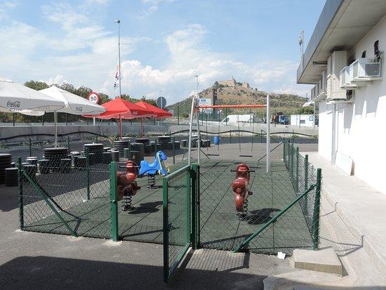 Barbastro, Spanien: Parque infantil seguro al tráfico rodado
