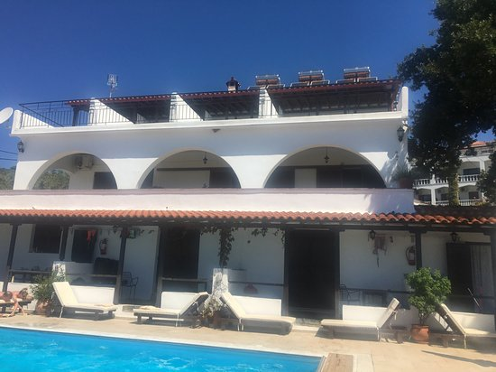 Villa Apollon Skiathos: The pool area and main accommodation