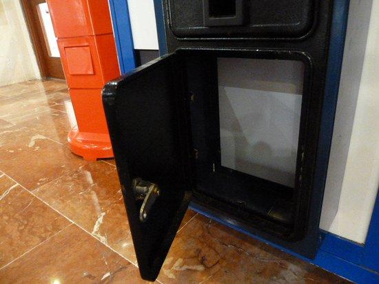 Palma Bay Club Resort Empty Machines Left Open To Show No Money Inside