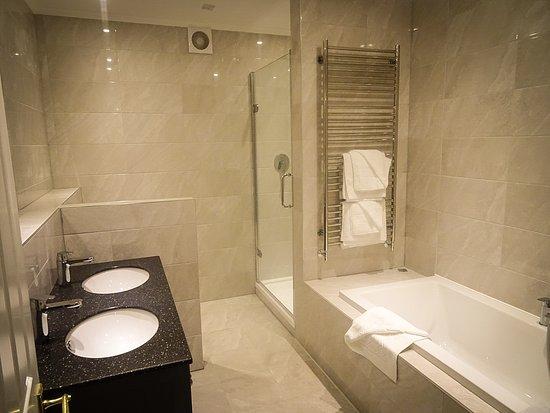 Elfordleigh Hotel: New bathroom suite