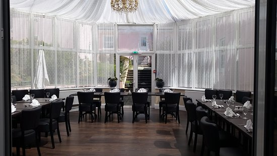 Elfordleigh Hotel: Churchills conservatory dining area