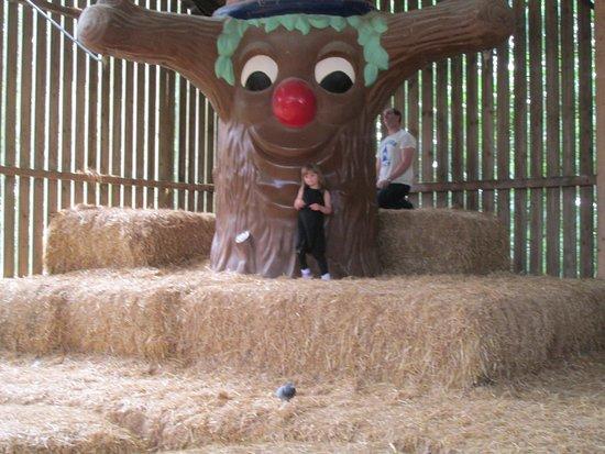 Cayton, UK: Having fun in the amazing straw barn