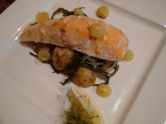 Kilchattan Bay, UK : Salmon with grapes and wine on samphire