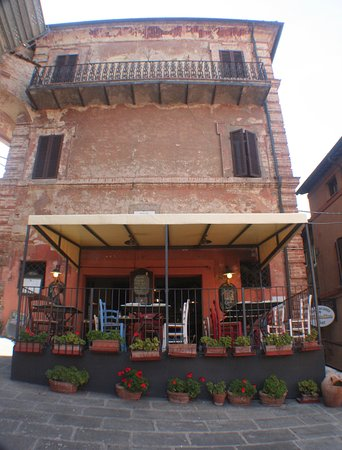 Panicale, Italy: The restaurant and terrazza