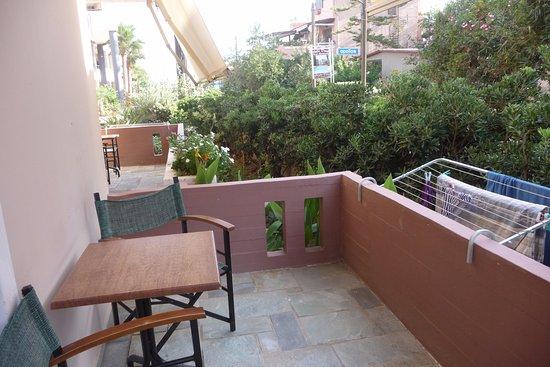 Terrazzo con tavolino, sedie, fili per stendere - Picture of Medousa ...