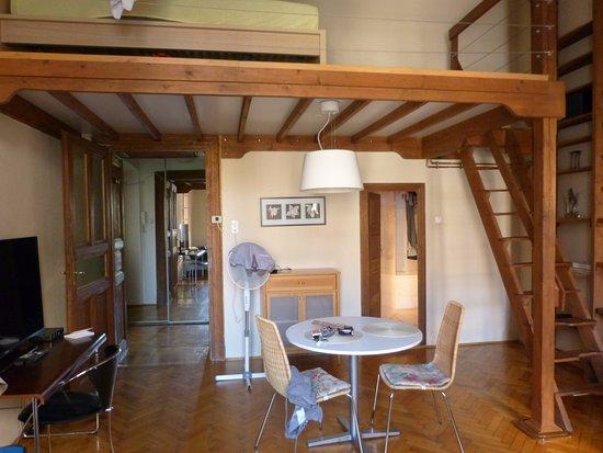 Le grand salon, avec lit mezzanine en haut - Picture of Jo itt ...