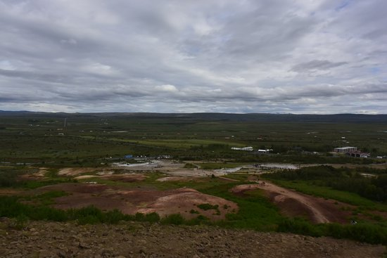 Selfoss, Islandia: Picture of the whole area with Strokkur geysir in the middle