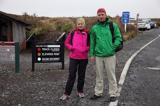 Tongariro National Park, New Zealand: начало трека с табло вулканической активности