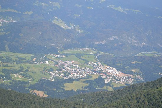 Bohinjska Bistrica, Slovénie : This is the view of the valley from the top of a mountain. The campsite is the big white buildin