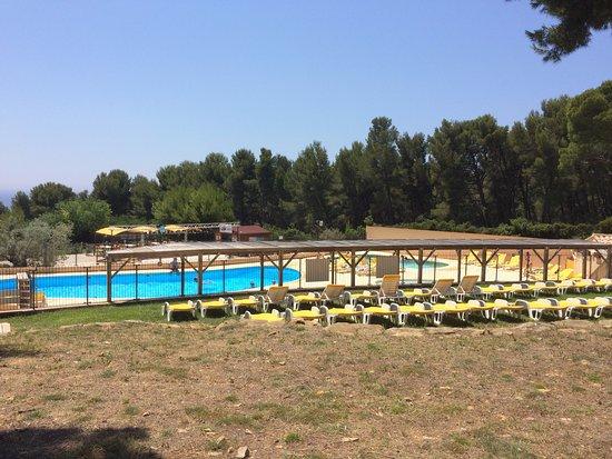 AEC Les Dauphins: Vue sur la piscine depuis nos tentes