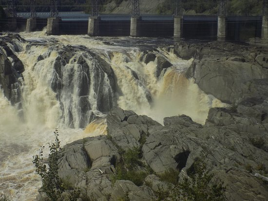 Grand Falls, Canadá: Only 2 gates open but the water was massive