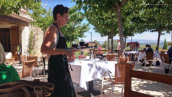 Brunet, Frankrike: het terras en de gastvrouw (of één van hen)