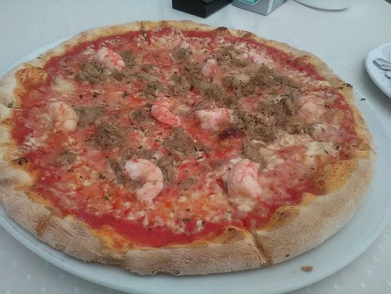 Tinajo, Espagne : Delfine Pizza....prawn and tuna, it was 6.90euro and stunning!!