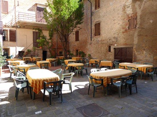 Buonconvento, Ιταλία: Gastgarten (nur abends geöffnet)