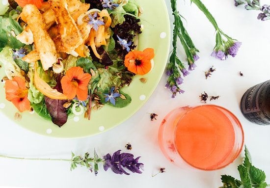 The Glasshouse Cafe: Delicious summer salad with edible flowers