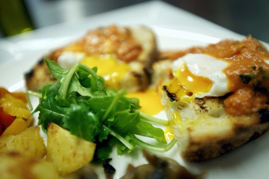 Newmarket, Canadá: Poached eggs with smoked salmon sauce on bruschetta bread