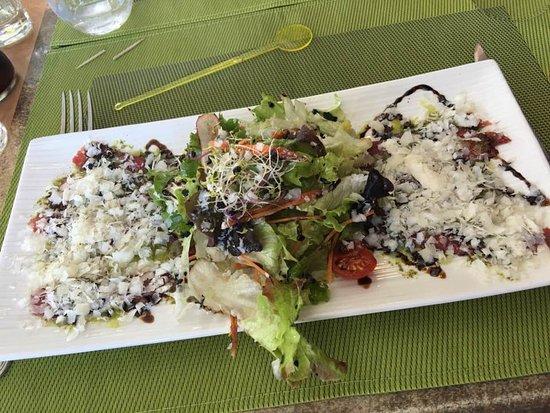 Domme, Francja: Carpaccio de boeuf, parmesan salade..