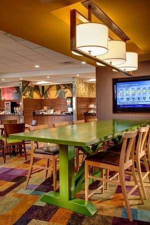 Plymouth, Nueva Hampshire: Our breakfast seating area allows you to stay productive, relax or enjoy breakfast or a snack in