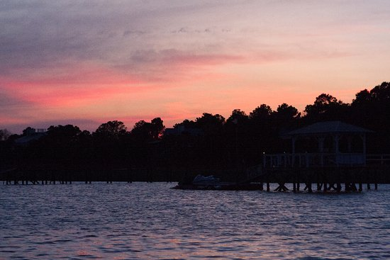 Isle of Palms, ساوث كارولينا: Sunset over Goat Island-no running water there!