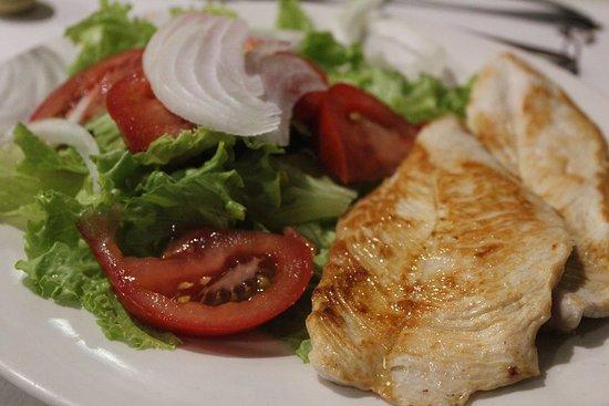 Hotel Oca Ipanema: Segundo plato de la cena, filetes de pavo demasiado hechos