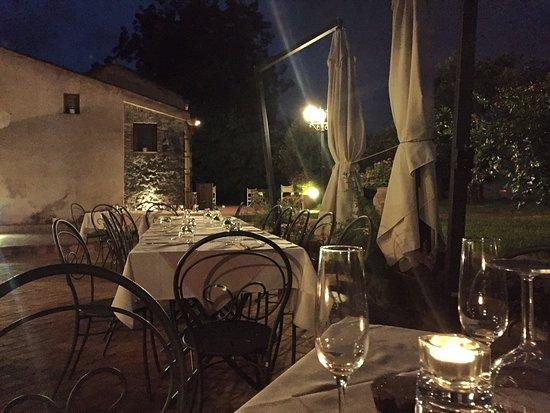 Riposto, Italien: restaurant by night